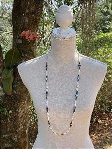 Colar longo misto de pérolas barrocas,cascalhos de pedra Hematita,cristais tchecos lapidados, peças em metal banhado.