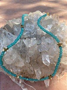 Colar curto de cristais tchecos lapidados azul turquesa e entremeios de estrelas em metal banhado.