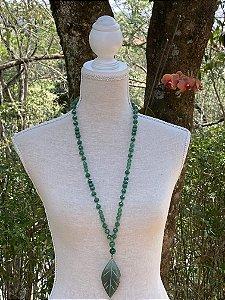Colar longo misto de cristais tchecos lapidados ,pedras quartzo verde,e pingente formato de flor em pedra de quartzo verde