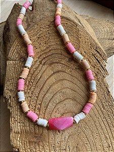 Colar curto de borrachinhas indianas multicores,entremeios de metal banhado e pedra jaspe rosa ao centro.