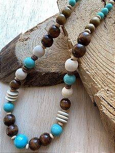 Colar curto misto de peças em madeira e polímero turquesa e bege.