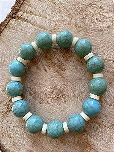 Pulseira com esferas em polímero turquesa e borrachinhas indianas brancas.