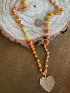 Colar longo alfinetado misto de esferas em polímero ,murano, pedras naturais multicores, e pingente em formato de coração em metal vazado.