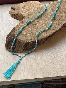 Colar longo de borrachinhas indianas turquesa, miçangas cru, entremeios de metal banhado e pingente de fio de seda turquesa