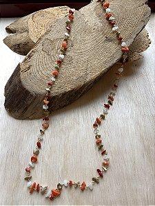 Colar longo alfinetado de cascalhos de pedras naturais.