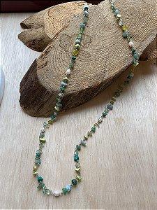 Colar longo alfinetado de cascalhos de pedra quartzo verde e pérolas barroca.