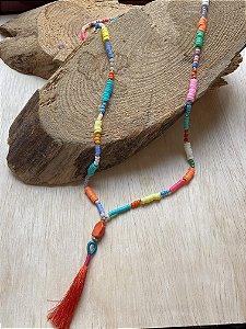 Colar longo de borrachinhas indianas e miçangas multicores, peça central indiana e pingente fio de seda.