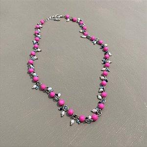 Colar curto alfinetado de vidro colorido rosa fúcsia e pingentes de pérolas barrocas e cristais tchecos lapidados.