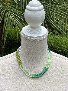 Colar curto camadas de cristais tchecos lapidados degradê verde.