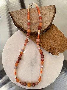 Colar longo misto de borrachinhas indianas e murano em tons de laranja e coral.