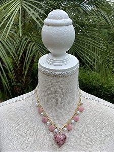 Colar curto de metal banhado com pérolas e peças em polímero rosè.