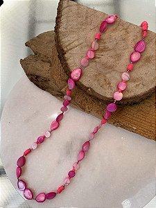 Colar longo de madre pérolas, borrachinhas indianas rosa e entremeios de metal banhado.