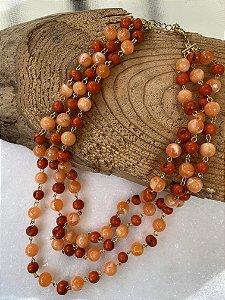 Colar curto camadas alfinetado, de sementes e esferas em polímero laranja.