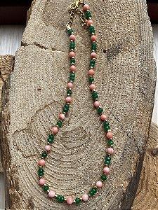 Colar gargantilha de pedras quartzo verde lapidadas e pedras jaspe rosa e entremeios de metal banhado.