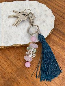 Chaveiro de pedra quartzo rosa, peça de vidro (tipo murano) e pingente fio de seda verde.