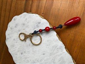 Chaveiro com peças em polímero bordô e cristais tchecos lapidados.