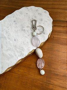 Chaveiro alfinetado com pedra quartzo rosa e esferas em polímero cru.