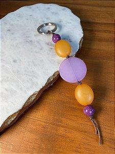 Chaveiro de peças em polímero lilás e laranja fosco.