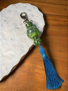 Chaveiro com pingente de fio de seda azul claro e esferas em vidro (tipo murano) verde musgo e entremeios e metal banhado.