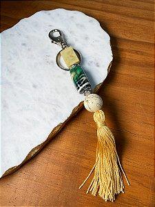 Chaveiro com peças de vidro (tipo murano) colorido e pingente fio de seda amarelo.