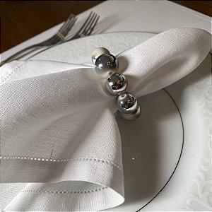 Kit com 4 porta guardanapos com esferas em polímero branco e cinza.