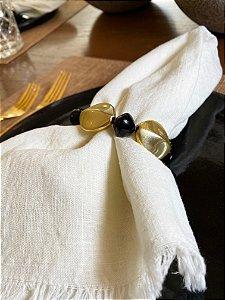 Kit com 4 porta guardanapos com peças em polímero preto e dourado.