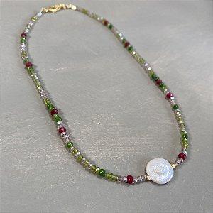 Colar gargantilha de cristais tchecos lapidados translúcidos, entremeios de pedra verde e vermelho rúbi e pérola barroca ao centro.