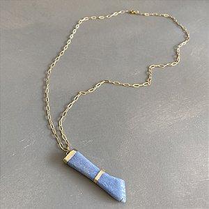 Colar longo de corrente em metal banhado dourado e pingente de figa.