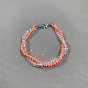 Pulseira trançada com cristais tchecos lapidados coral e translúcidos.