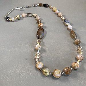 Colar longo com cristais tchecos lapidados e peças de vidro (tipo murano ).