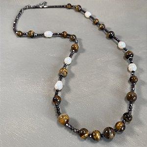 Colar longo com cristais tchecos lapidados chumbo, pedra olho de tigre, pérolas barrocas e detalhes em metal banhado com strass.