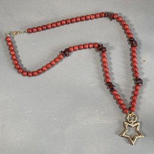Colar longo com esferas de vidro (tipo murano) coral, cascalhos de pedra ágata e pingente em formato de estrela em metal banhado dourado.