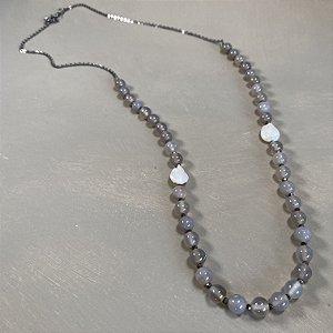 Colar longo com esferas de vidro (tipo murano) cinza , pérolas barrocas, entremeios de cristais tchecos lapidados e detalhe de corrente grafite.
