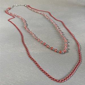 Colar curto duplo de corrente e alfinetado com vidro (tipo murano) vermelhos.