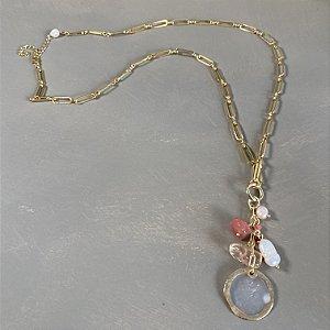 Colar longo de corrente em metal banhado dourado e penca de pingentes diversos.