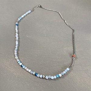 Colar curto, esferas de vidro (tipo murano) tons de azul e detalhe de corrente em metal banhado níquel.