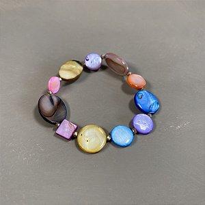 Pulseira de madre pérolas coloridas e entremeios de cristais tchecos lapidados.