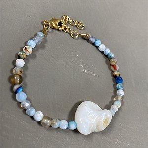 Pulseira de vidro (tipo murano) em tons de azul e madre pérola ao centro.