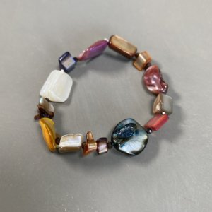Pulseira de madre pérolas,cascalhos coloridos e entremeios de cristais tchecos lapidados.