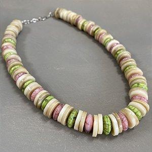 Colar curto em polímero bege, rosa e verde rajado.