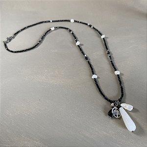 Colar longo com cristais tchecos lapidados preto, pérolas barrocas , entremeios de estrela em metal banhado e penca com pingentes diversos e gota de quartzo branco.