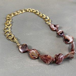 Colar curto com madre pérolas rosé e corrente em metal banhado dourado.