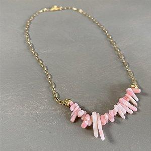 Colar curto com cascalhos de jaspe rosa e corrente em metal banhado dourado.