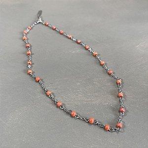 Colar gargantilha de corrente em metal banhado níquel , alfinetado com miçangas laranja.