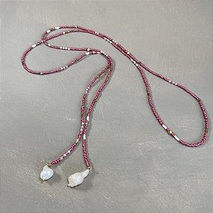 Colar longo de amarrar com miçangas rosé e branca , entremeios diversos de metal banhado e pingentes de pérolas barrocas.