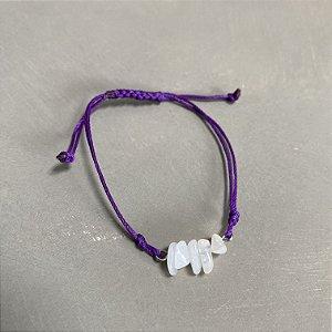 Pulseira com fecho regulável macramê fio violeta e cascalhos.
