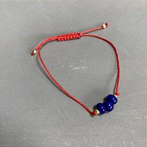 Pulseira com fecho regulável macramê fio vermelho e esferas de vidro(tipo murano) azul bic