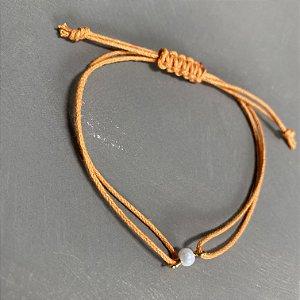 Pulseira com fecho regulável macramê fio laranja e pérola.