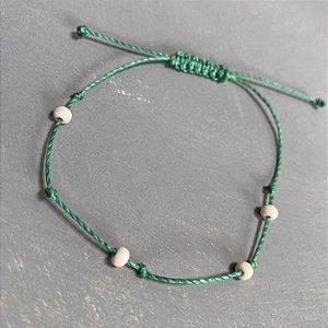 Pulseira com fecho regulável macramê fio verde e miçangas cru.