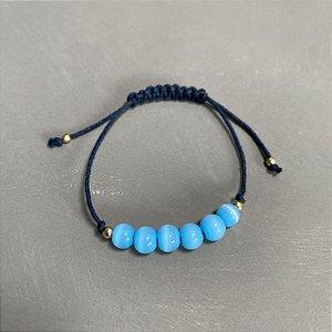 Pulseira com fecho regulável macramê fio azul marinho e esferas de vidro(tipo murano) azul claro.